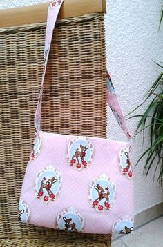 """Kindertasche,Handtasche    Einkaufstasche    """"Bambi""""      super süße Kindertasche in rosa mit BambiMotiven.  Reißverschluß zum schließen.    Verstä..."""