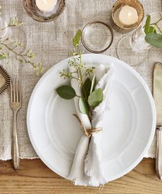 8 Inspiring Winter Arrangements No matter what you're celebrating—Christmas, Hanukkah, family harmony—these unfussy wintry arrangements, all made in minutes using everyday greenery, will bring joy to your world. Wedding Arrangements, Wedding Table Settings, Table Arrangements, Everyday Table Settings, Table Set Up, Wedding Napkins, Thanksgiving Table, Napkins Set, Linen Napkins