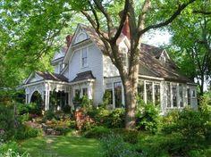 I love old southern cottage homes!