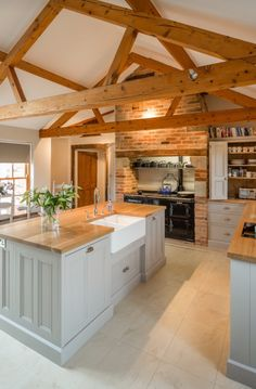 Luxury Kitchen Farmhouse Kitchens Awesome Farm Style Kitchen renovation ideas for your kitchen are Kitchen Ikea, New Kitchen, Kitchen Black, Vintage Kitchen, Kitchen Cabinets, Barn Kitchen, Kitchen Sink, White Cabinets, Awesome Kitchen