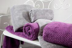 Fialová deka Ricky je dostupná v 4 rozmeroch: 70x140, 150x200 170x210 alebo 220x240 cm.