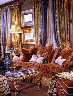Maximalist living room decorated by interior designer William R. Eubanks #maximalism #interiordesign - More wonders at www.francescocatalano.it