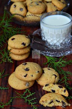Cookies (Fursecuri americane cu ciocolata) - CAIETUL CU RETETE American Cookie, American Food, Tasty, Yummy Food, Arabic Food, Dessert Recipes, Desserts, Cake Cookies, Biscuits