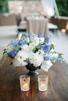 sommer tischdekoration blumen blau weiß kerzen