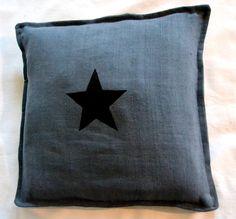 Coussin gris et étoile noire