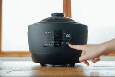 直火炊きと変わらない! 話題の #電気炊飯器 「 #かまどさん電気 」について知りたい | #おうちごはん Kitchen Tools, Kitchen Appliances, Kitchen Stuff, Kitchen Machine, Electrical Appliances, Rice Cooker, Kettle, Industrial Design, The Hamptons