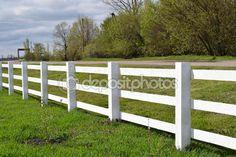 Белый деревянный забор вокруг ранчо — стоковое изображение #98723024