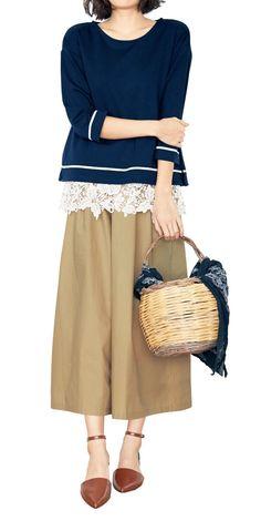 ハリ感のある軽やかなコットン生地をたっぷり使った、スカート感覚でさくっとはけるガウチョ。ゆったりラインで細見えして、フロントに付けたゴールドボタンの着映え力も抜群です。