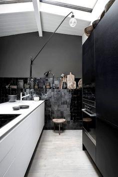 home in the city of Amsterdam Dark Kitchen High Contrast by Maison HandDark Kitchen High Contrast by Maison Hand Black Kitchens, Home Kitchens, Kitchen Black, Minimal Kitchen, Loft Kitchen, Chef Kitchen, Nice Kitchen, Kitchen Wood, Küchen Design