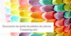 Decoración de pastel de pétalos de colores