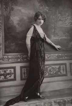 robe du soir 1914 | Les Modes (Paris) October 1913 Robe du soir – Doeuillet  Robe en satin souple noir, recouverte d'une tunique de tulle brodé de perles et de jais.