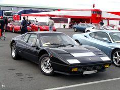 1971 Après la Ferrari 365 GTB/4 Daytona très conservatrice mais ô combien charismatique à bien des égards et une 365 GTC/4 qui suit un concept unique dans la gamme de Maranelo. Ferrari et Pininfarina piqués au vif par Lamborghini et sa très innovante...