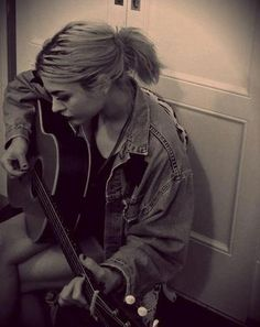 Frances Bean Cobain playing guitar just like her mom & dad.