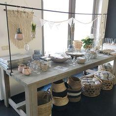 De populaire tafelklem nu ook bij ons verkrijgbaar. Deze kan echt niet ontbreken in je interieur! Een set bestaat uit twee staanders van 90cm die op iedere tafel geschroefd kunnen worden met een tafelblad tot 4,5 cm dikte + een uitschuifbare legger (1.65 tot 270 cm lengte).