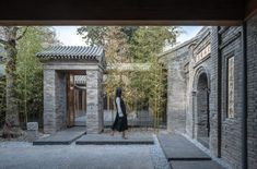 Curving glass walls transform restored Qishe Courtyard in Beijing Front Courtyard, Internal Courtyard, Courtyard House, Types Of Bricks, Studios Architecture, House Architecture, Architecture Details, Glazed Walls, Glass Brick