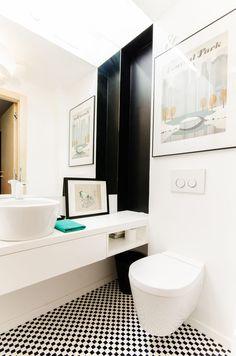Łazienka z czarno-białą podłogą