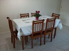 Pinto e Bordo - Toalha de mesa bordada em ponto cruz com renda de guipir e guardanapos também bordados.