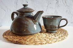 """37 kedvelés, 3 hozzászólás – Ceramiss Ceramic (@ceramiss) Instagram-hozzászólása: """"Kis teázó szett / Tea set Az új kedvenc forma egy egyszerű szürke-barna mázzal, aminek annyira…"""" Tea Pots, Ceramics, Tableware, Instagram, Home Decor, Ceramica, Pottery, Dinnerware, Decoration Home"""