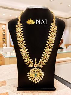 21 Most Beautiful Traditional Gold Necklace & Haram Designs! Indian Gold Jewellery Design, Gold Jewelry, Jewelry Design, Women Jewelry, Bridal Blouse Designs, Blouse Neck Designs, Necklace Set, Gold Necklace, Kundan Set