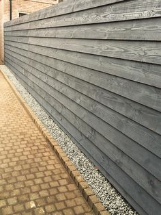 Gravel line to catch the rain Wood Fence Design, Modern Fence Design, Privacy Fence Designs, Fence Landscaping, Backyard Fences, Garden Fencing, Building A Pergola, Patio Wall, Horizontal Fence
