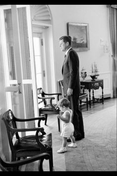 President Kennedy and JFK Jr. in the Oval Office. Les Kennedy, Robert Kennedy, Jacqueline Kennedy Onassis, Caroline Kennedy, Jaqueline Kennedy, American Presidents, American History, Presidents Usa, Dallas
