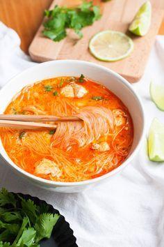 Würzige Thai Chicken Soup - Kochkarussell - Çorba Tarifleri - Las recetas más prácticas y fáciles Spicy Thai Chicken Soup, Thai Soup, Chicken Soup Recipes, Easy Soup Recipes, Cooking Recipes, Healthy Recipes, Korean Chicken, Curry Soup, Korean Beef