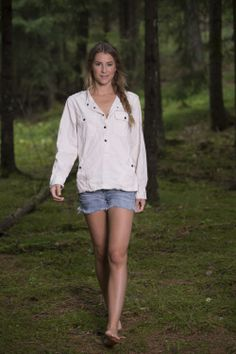 Barfota Spring/Summer 14 Love Norway jacket www. Walking Barefoot, Going Barefoot, Barefoot Girls, Very Pretty Girl, Feminine Mystique, Beautiful Toes, Girl Senior Pictures, Windsor Castle, Hot Shorts