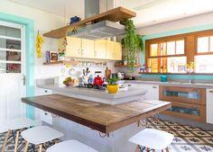 Uma cozinha acolhedora, que é o coração dessa casa. Mistura diferentes estilos, do rústico ao vintage e é cheia de ideias de reaproveitamento!