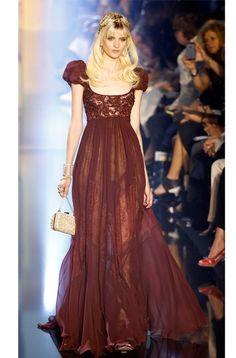 Lujosa, delicada, romántica y sensual son algunos de los calificativos que definen a la mujer que viste Elie Saab en su última colección de Alta Costura.   Con el característico se
