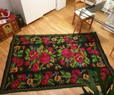 Big roses handwoven rug, wool, vintage carpet made in Romania. Carpeta din lana lucrata manual in Oltenia. Contemporary Decorative Art, Contemporary Design, Lifehacks, Tyni House, Design Floral, Carpet Design, Bohemian Decor, Decoration, Vintage Rugs