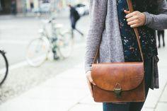 """Dir fehlt noch der absolute Taschenklassiker in Deinem Kleiderschrank? Dann hol Dir unsere Handtasche """"Valencia""""! Die schlichte Umhängetasche aus Rindsleder ist zeitlos schön und verpasst jedem Outfit die besondere und natürliche Note. Egal ob Einkauf, Stadtbummel, Spaziergang oder der Weg zur Uni - """"Valencia"""" wird Dein steter und praktischer Begleiter werden.  Gusti Leder"""