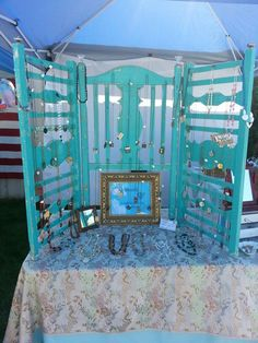 Repurpose your old Crib. I& got two old cribs in my garage that 4 of my kids have used.two of them because of the twins! Craft Booth Displays, Store Displays, Display Ideas, Booth Ideas, Craft Booths, Repurposed Furniture, Diy Furniture, Crib Makeover, Transformers