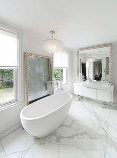 Vrijstaand bad met marmeren vloer