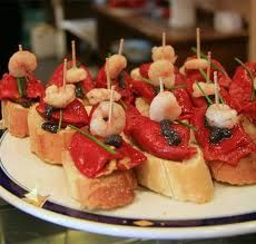 """As deliciosas """"tapas"""" espanholas  são tira-gostos que podem ser servidos  frios ou quentes antes das refeições ou,  hoje em dia, até mesmo substituí-las.  E sempre acompanhados por uma boa bebida, é lógico."""