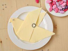 Un joli pliage de serviette en forme de colombe pour décorer votre table. Apprenez à le réaliser grâce à notre pas à pas en vidéo.