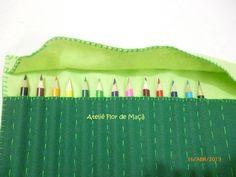 Que tal um estojo de lápis muito prático e que enrolado ocupa muito pouco espaço em sua bolsa ou mochila?