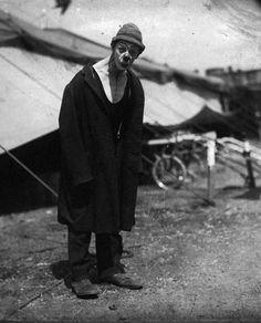 """IL CIRCO MACABRO (10 foto)  Dieci foto risalenti ai primi decenni del novecento, un circo senza animali ma con uomini fuori dal comune. A qualcuno potrebbe ricordare il celebre film """"FREAKS"""" di Tod Browning."""
