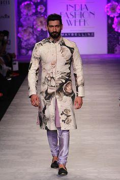 Siddartha Tytler at Amazon India Fashion Week Spring/Summer 2016 Mens Indian Wear, Mens Ethnic Wear, Indian Groom Wear, Indian Men Fashion, South Indian Bride, Mens Fashion, Wedding Dresses Men Indian, Wedding Suits, Wedding Men
