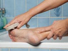 Всё гениальное просто! После обработки ног таким способом, ваши подошвы и пятки становятся гладкими и нежными, исчезают натоптыши! Если подошвы сильно запущены, нужно процедуру повторить несколько раз. Ничего...