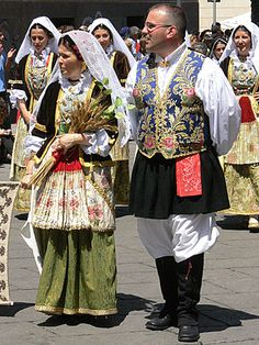 Pirri Folk Costume, Costume Dress, Costume Ethnique, European Costumes, Tribal Dress, Handkerchief Folding, Wedding Costumes, Europe Fashion, We Are The World