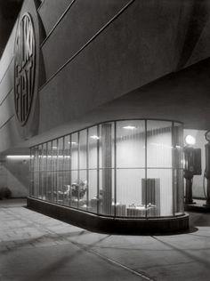 http://bi.gazeta.pl/im/0d/c7/be/z12502797Q,Salon-Polskiego-Fiata--architekt-Edward-Saydenbeutel-.jpg