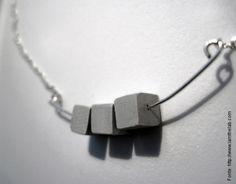 Você já viu aqui e hoje trazemos outra peça com um componenteem concreto: um brinco do designer de...