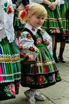 Faces of Krakow, Poland Precious Children, Beautiful Children, Beautiful People, Beautiful Babies, Folk Costume, Costumes, Poland Culture, Polish Embroidery, Costume Ethnique