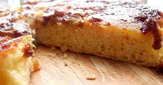 Ingredientes (molde de 20 cm): 1 y 1/2 taza de azúcar 1 taza de harina leudante 4 cucharadas de agua 1 cucharadita de esencia de vainilla 1 manzana 1 banana 1 pizca de sal 4 huevos Empezamos haciendo un caramelo bastante líquido con 1/2 taza de azúcar y un poco de agua (en este caso usamos azúcar integral mascabo). Colocamos el caramelo en el fondo del molde y cubrimos con las frutas cortadas en f ... Delicious Deserts, Cheesecake Brownies, Empanadas, Banana Bread, French Toast, Bacon, Food And Drink, Breakfast, Desserts
