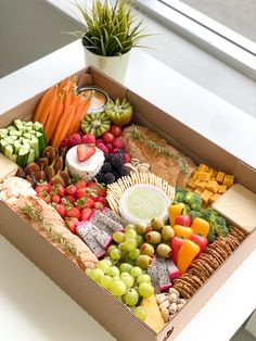 Charcuterie Gift Box, Charcuterie Recipes, Charcuterie And Cheese Board, Charcuterie Platter, Party Food Boxes, Party Food Platters, Cheese Platters, Picnic Foods, Vegan Picnic
