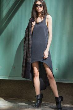 """Asymetryczna sukienka wykonana z najlepszej, włoskiej bawełny idealnie dopasuje się do każdej sylwetki. Krój sukienki nadaje jej punk'owego charakteru i doskonale eksponuje nogi. Świetna w zestawieniu z koszulą w kratę, skórzaną kurtką czy naszym płaszczykiem LET""""S ROCK!"""