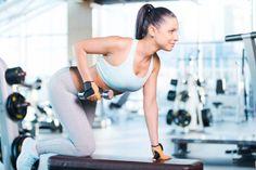 Übung gegen Rückenspeck: Einarmiges Rudern