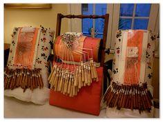 Almohadillas de bolillos, las de los laterales hechas por Rosa Torres. - Bobin lace