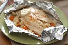 Tilapia al horno con coliflor y zanahorias encurtidas