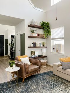 How to build beautiful DIY floating wood shelves for your living room - including tips on how to space floating shelving! Corner Shelves Living Room, Dining Room Shelves, Wood Shelves, Floating Shelves Diy, Floating Living Room Shelves, Corner Wall Decor, Living Room Corners, Shelves On Wall, Living Room With Bookshelves
